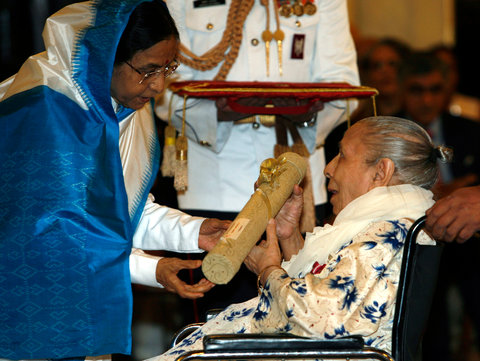 Shamshad Begum receiving the Padma Bhushan for a lifetime of achievements in 200.9