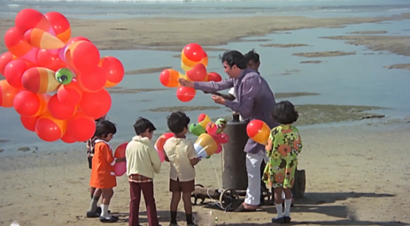 Rajesh Khanna gives out balloons at Juhu Beach