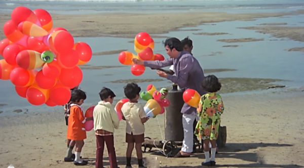 Rajesh Khanna gives out balloons at Juhu Beach