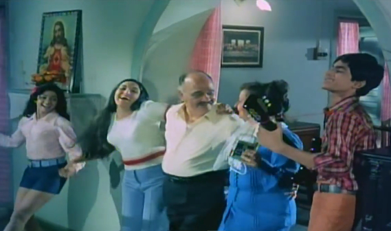 "One big happy Anglo-Indian family sings ""My Heart is Beating"" in Julie (1975)."